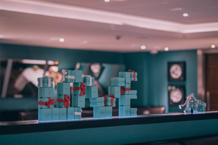 seis arvores de Natal mais luxosas do planeta. Tiffany & Co. x Hotel Amigo – Bruxelas, Bélgica, caixas de presente na cor azul Tiffany