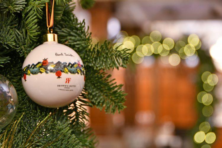 seis arvores de Natal mais luxosas do planeta.Paul Smith x Brown's Hotel – Londres, Reino Unido, com bolas penduradas com a logo da marca