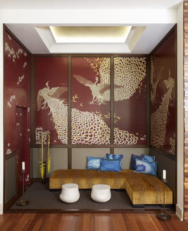 Loft em Ny, paredes com papel de parede com fundo vinho e pássaro chines, com banco de madeira embaixo