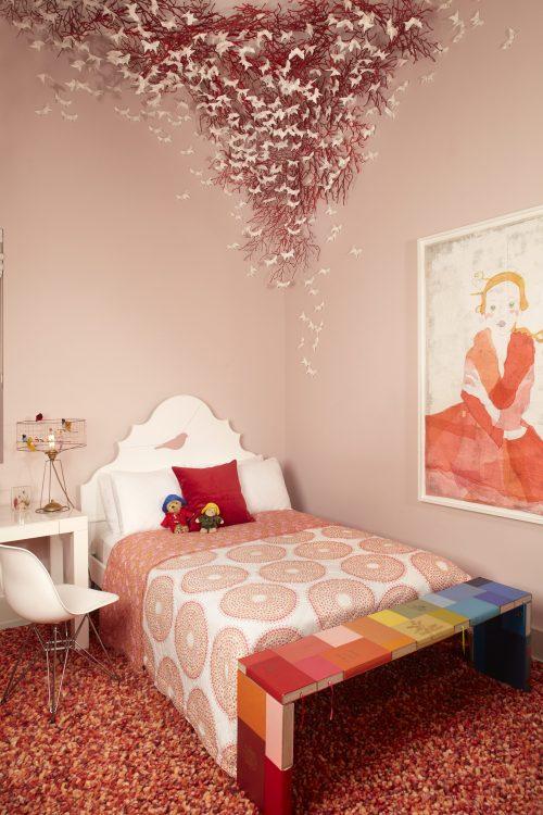 Loft em NY, quarto rosa com escultura de borboletas em cima da cama