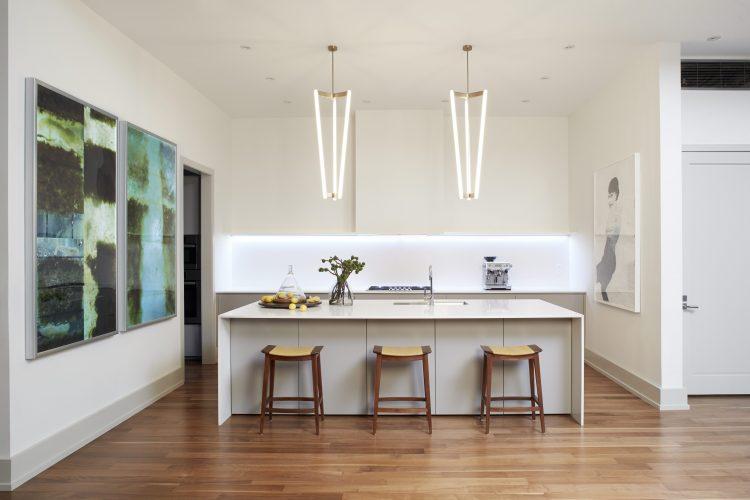 Loft em NY, cozinha aberta para a sala , bancada branca