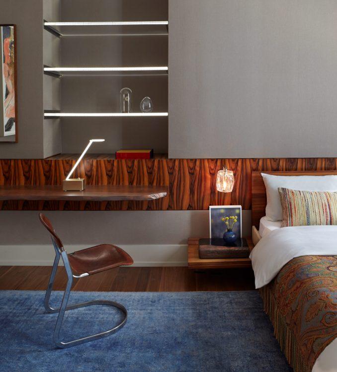 Loft em NY, quarto com paredes cinzas, cabeceira da cama em madeira vintage jacaranda ;