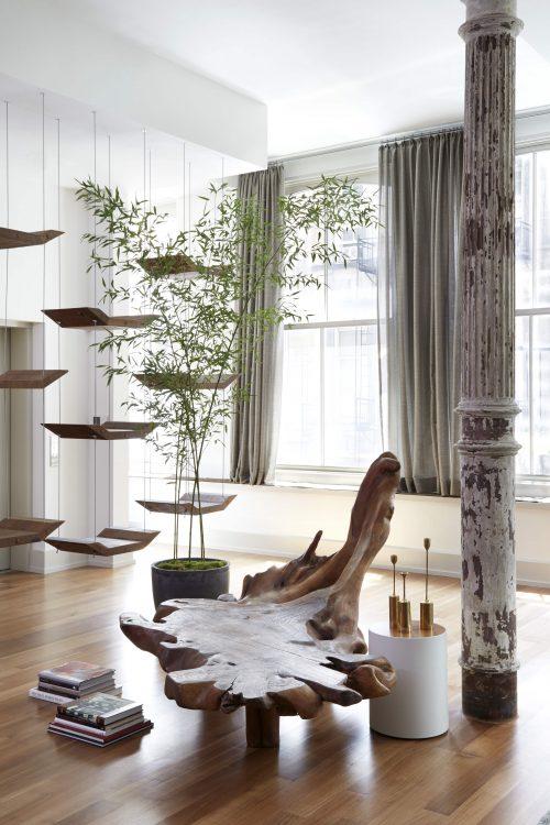 Loft em NY, piso em madeira, banco em madeira esculpida do artista plástico Hugo França.