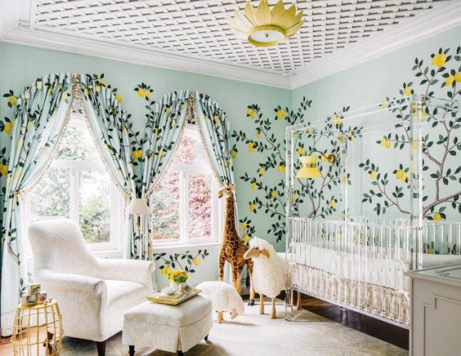 Papel de parede pintado á mão. quarto de criança com pintura de limão siciliano no fundo azul.