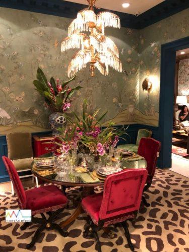 Ambiente com mesa de jantar posta e lustre de cristal