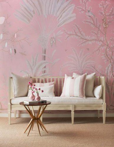 Papel de parede pintado á mão, fundo rosa com palmeiras brancas.