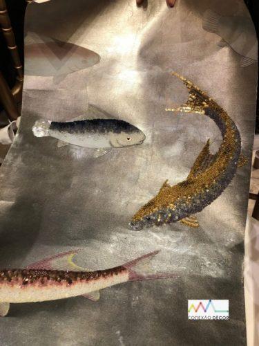 Papel de parede pintado e bordado á mão, fundo cinza com peixes bordados