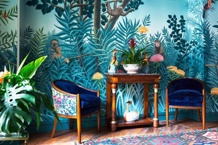 Papel de parede pintado á mão, tema de floresta com fundo azul.