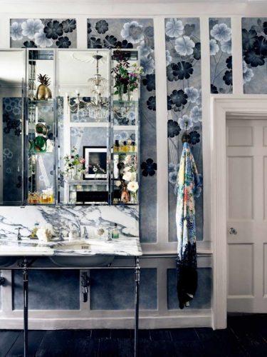 Papel de parede pintado á mão, banheiro com o papel pintado com flores nos tons de azul.