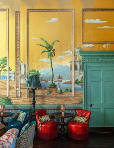 Papel de parede pintado á mão, tema com desenhos da India no fundo amarelo.