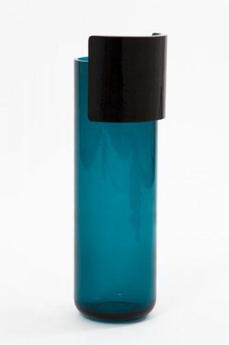 Algumas das novas apostas do design na M&O, vaso cilíndrico azul com uma borda preta larga na metade