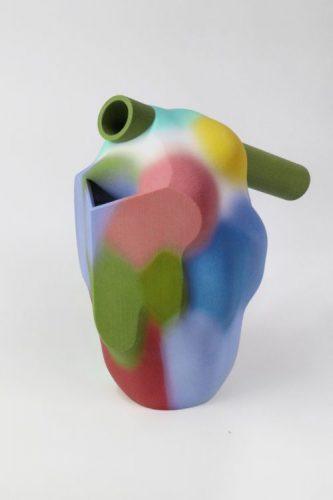 Algumas das novas apostas do design na M&O, uma jarra multi colorida que parece o coração