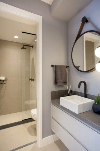 Pequeno apartamento de 27m² em Piedade, Zona Norte doRio de Janeiro, prova que é possível viver com conforto e praticidade em espaços reduzidos. Cuba do lado de fora do banheiro.