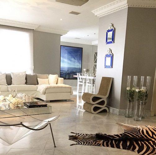 Estampa animal print na decoração, tapete de zebra no apartamento com cores neutras