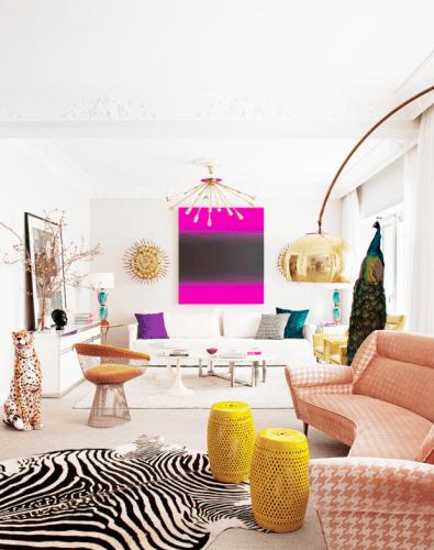 Estampa animal print na decoração. Tapete de zebra no aparteamento moderno, com sofá rosa .