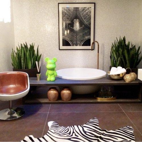 Estampa animal print na decoração, tapete de zebra no piso do banenheiro