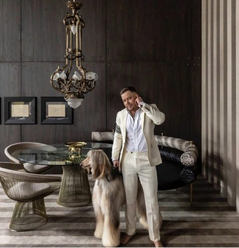 Arquiteto Henrique Steyer na foto com um cachorro