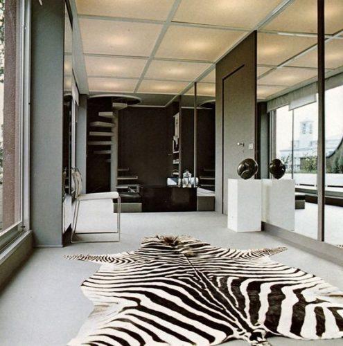Estampa animal print na decoração, tapete de zebra em um hall de entrada largo