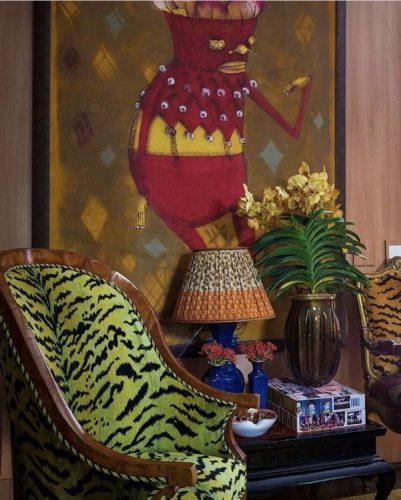 Estampa animal print na decoração, poltrona com estampa de zebra na cor verde.