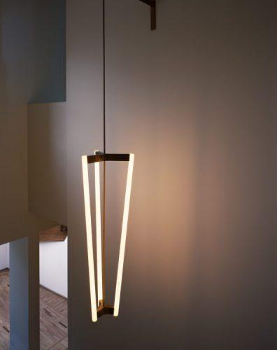 Michael Anastassiades, Designer do ano da Maison Objet. Luminaria pendente com três lampadas tubulares criando quase um triangulo em pé
