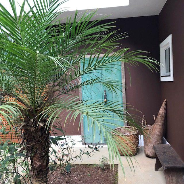 Casa com a fachada pintada de marrom