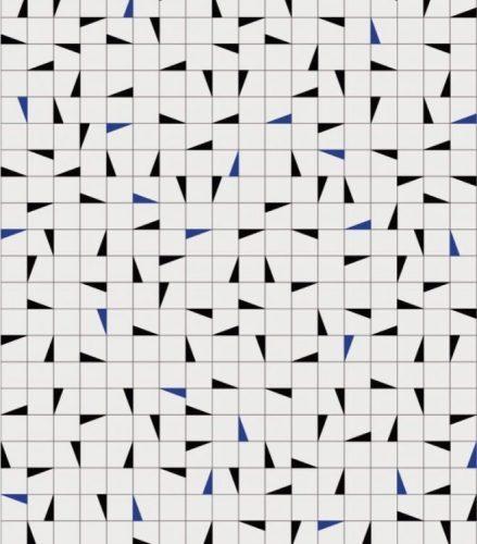 Painel de azulejos brancos e detalhes em azul e preto