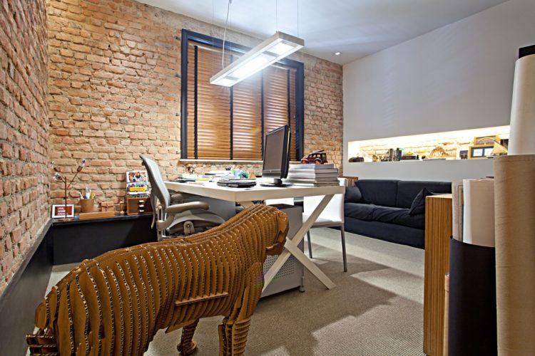 Foto de um escritório com paredes de tijolinho aparente