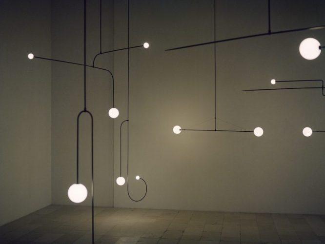 Michael Anastassiades, Designer do ano da Maison Objet. Luminarias com o desenho do design, linhas retas ou curvas com uma esfera iluminada na ponta.