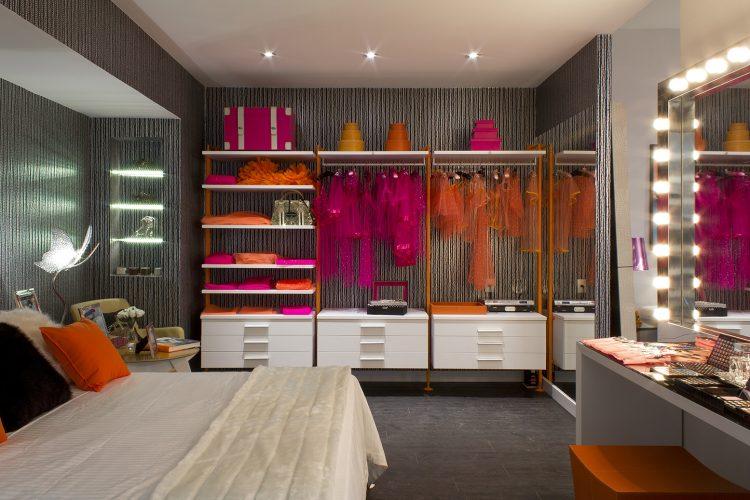 3 dicas para montar um closet funcional, aberto, sem portas, com gavetas, prateleiras e cabideiros ocupando uma parede