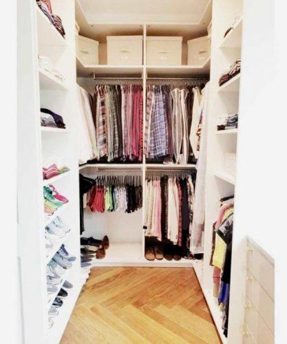 3 dicas para montar um closet funcional pequeno, feito de madeira sob medidas e todo pintado de branco .