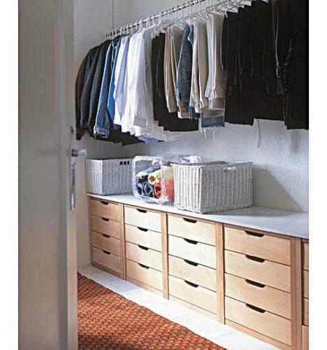 3 dicas para montar um closet funcional, uma parede replata de gavetas em madeira e em cima, uma gancho para pendurar,