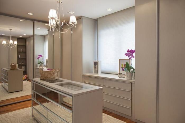 3 dicas para montar um closet funcional, clássico com portas fechadas em modulados e no meio móvel para bijuterias.
