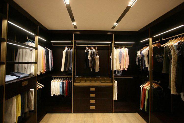 3 dicas para montar um closet funcional,grande , todo em fundo preto, aberto sem portas e prateleiras internas iluminadas.