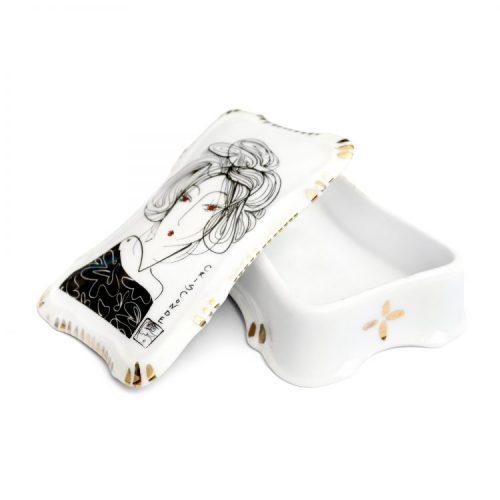 Porta joias em porcelana branca com pintura feita á mão , imagem de mulher na tampa