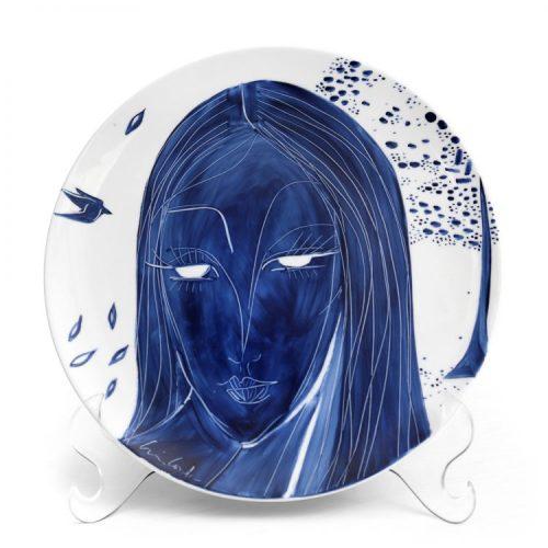 Prato de porcelana pintado á mão, um rosto feminino todo em azul e branco