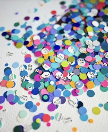 Confete ecológico e sustentável. Com jotnais e revistas antigos, use um furador de papel para fazer confetes ecológicos.