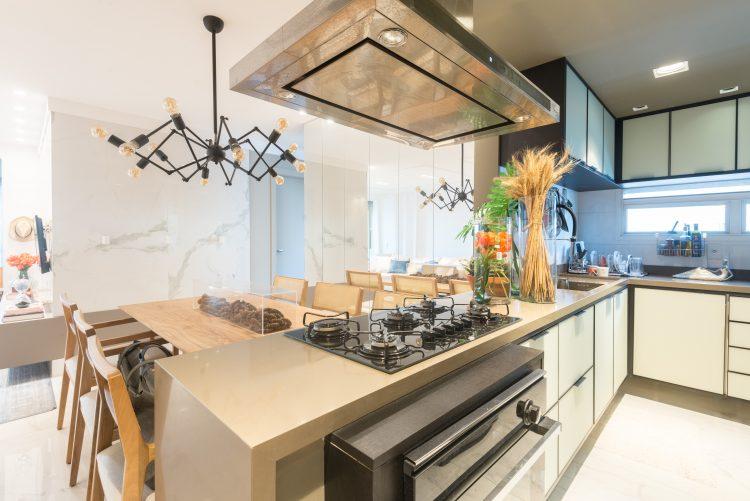 Mesa de jantar acoplada  a bancada a cozinha.