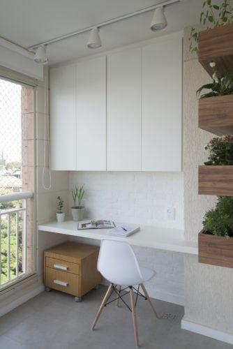 Varanda fechada para abrigar  um escritório em casa, bancada branca com armários superiores