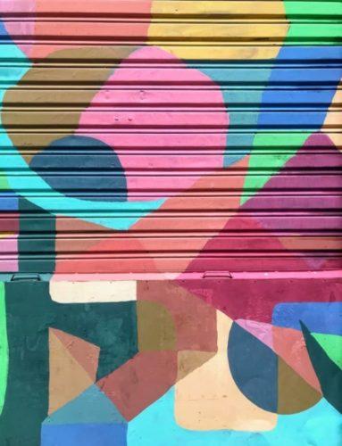 porta pantográfica pintada estilo grafiti, toda colorida com desenhos geométricos