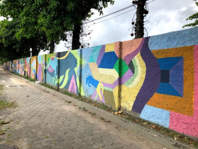 Muro do Jockey Club no Rio, todo colorido com desenhos geométricos.