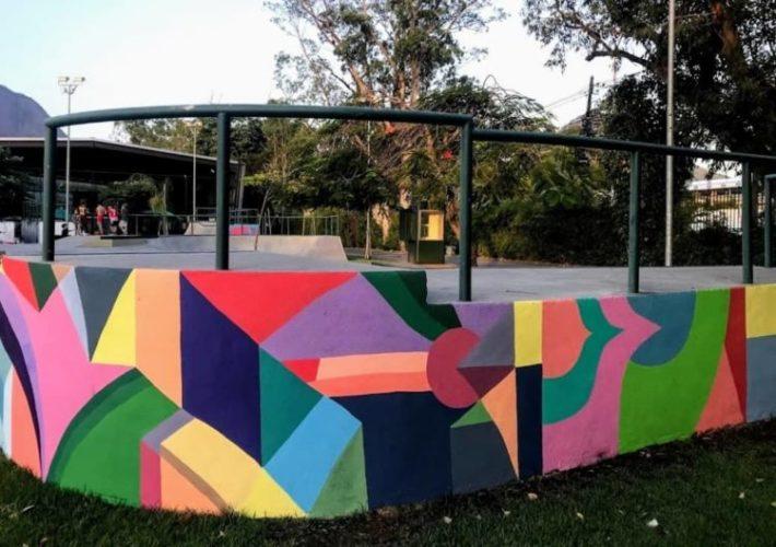 Pista de skate com os muros pintados,