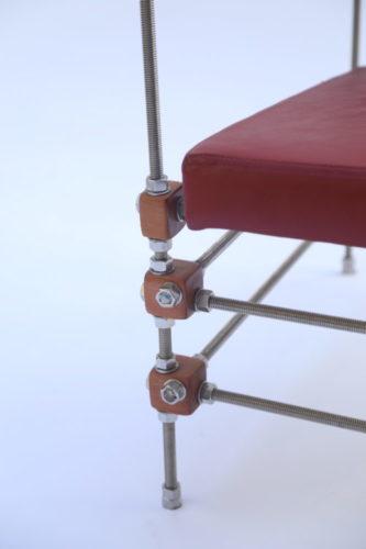detalhe de uma poltrona com bases roscadas.