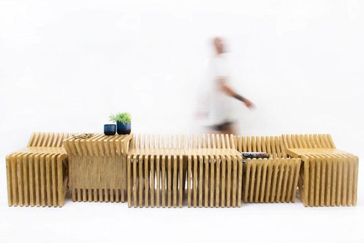 foto de uma fileira de bancos em madeira clara e ripado