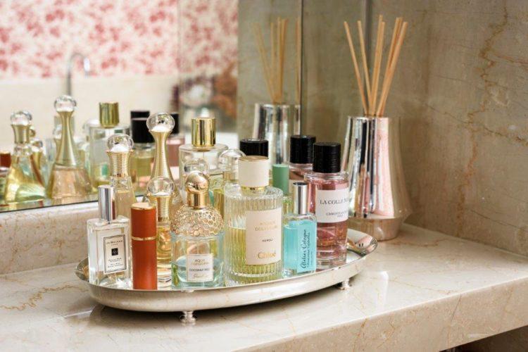 Em parceria com Anna Carolina Bassi-St. James lança coleção Femme. Bandeja em prata com frascos de perfume e um difusor em prata