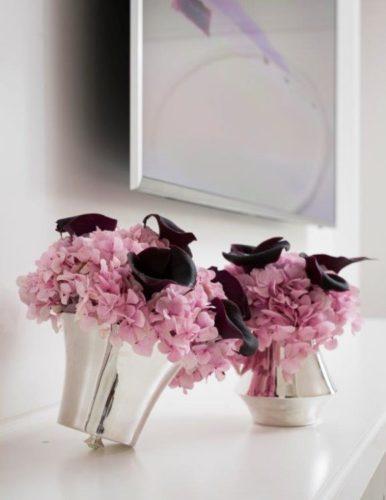 Em parceria com Anna Carolina Bassi-St. James lança coleção Femme. Dois vasos em prata com hortencias rosas