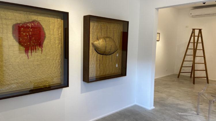 Ambiente de uma galeria de artes plasticas, paredes brancas e quadros pendurados