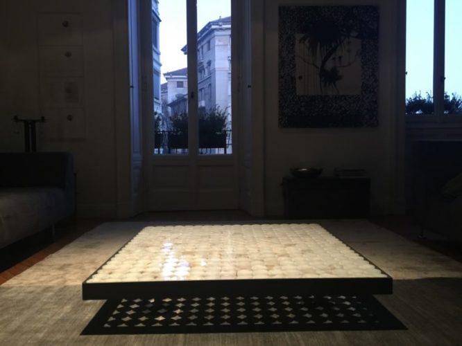 mesa de centro retangular com base em latão e no meio peças em onix fazendo a base