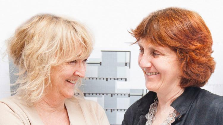 Foto de duas mulheres de perfil, Prêmio Pritzker de Arquitetura em 2020 - maior prêmio mundial da arquitetura - para Yvonne Farrell e Shelley McNamara