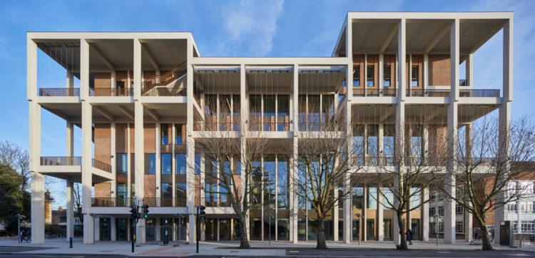 Foto de um predio de tijolhinhos, com sacadas e um pé direito alto com janelas do piso ao teto.Recém inaugurada Kingston University Town House em Londres