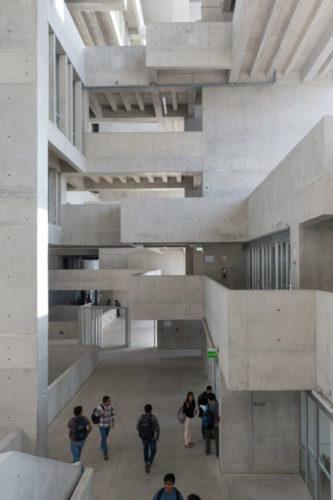 Foto por dentro de uma construção toda em cimento, com sacadas em cada andar.Universidade de Engenharia e Tecnologia (UTEC) em Lima, Peru - Foto: Iwan Baan
